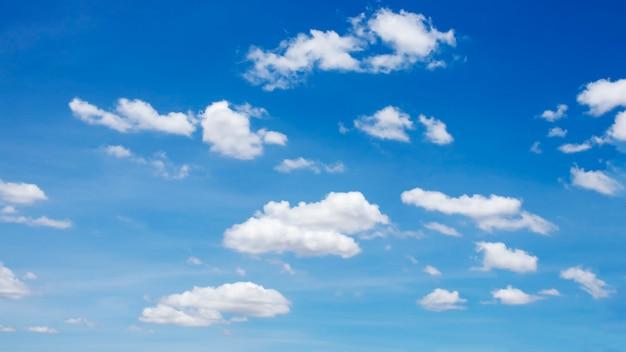 Muitas nuvens brancas borradas no lindo céu azul para uso como imagem de fundo.