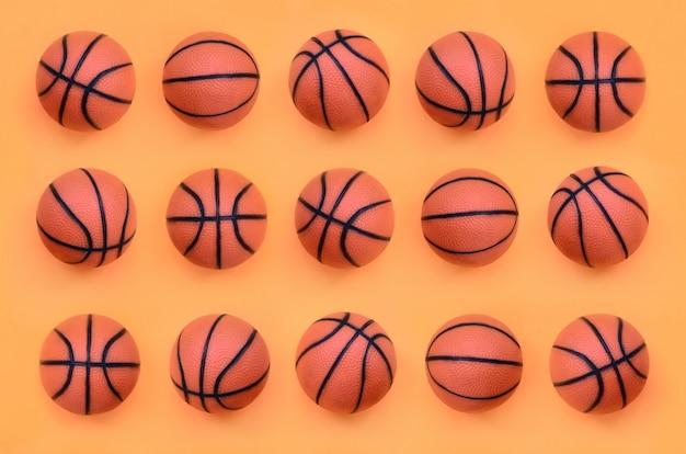 Muitas pequenas bolas laranja para mentiras de jogo de esporte de basquete