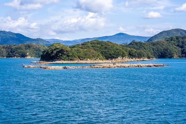 Muitas pequenas ilhas sobre o oceano azul em dia ensolarado, a famosa ilhota kujukushima (99 ilhas) resort de mar de pérolas no parque nacional sasebo saikai, nagasaki, kyushu, japão.