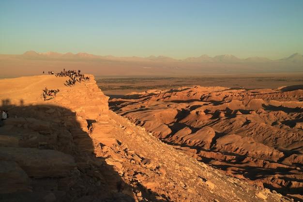 Muitas pessoas esperando pelo lindo pôr do sol no vale da lua no deserto do atacama,
