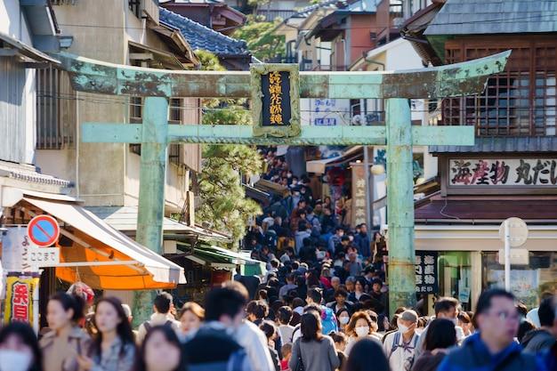 Muitas pessoas vão ao templo sensoji
