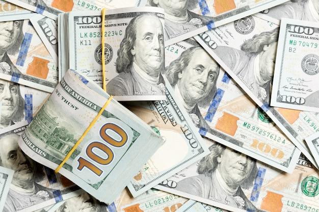 Muitas pilha de notas de 100 dólares em dólares fundo superior wiev com espaço de cópia