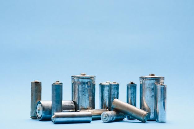 Muitas pilhas aa usadas em um fundo azul