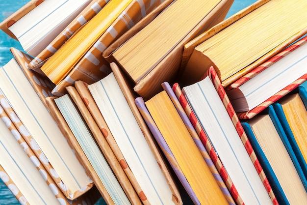 Muitas pilhas de livros.