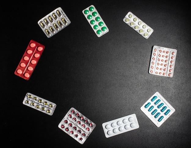 Muitas pílulas medicinais em blister