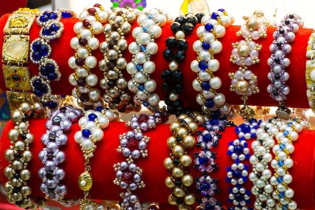Muitas pulseiras de pérolas em uma joalheria