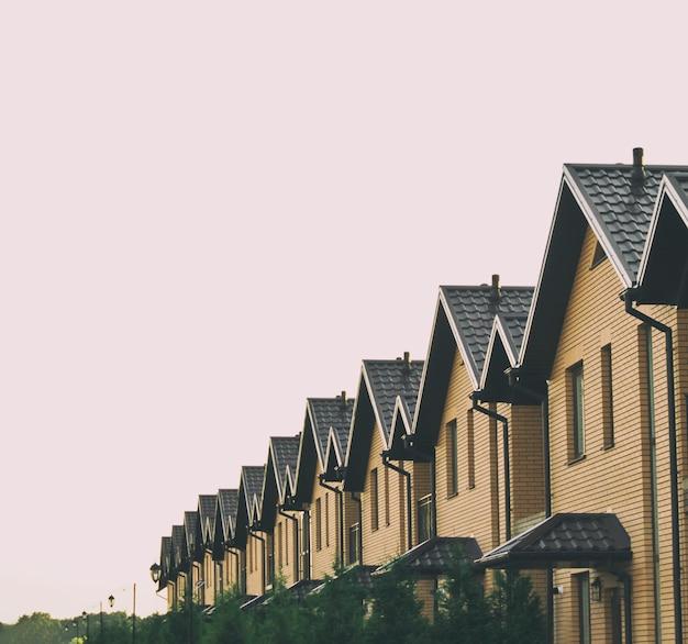 Muitas residências de tijolos na fila