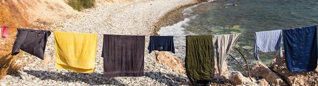 Muitas roupas lavadas secando ao sol