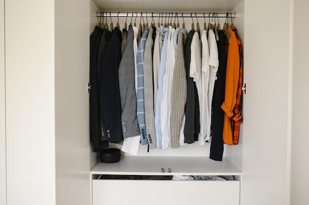 Muitas roupas masculinas no guarda-roupa, close-up