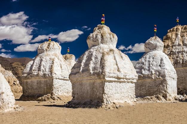Muitas stupas