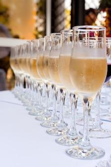 Muitas taças de champanhe em uma fila