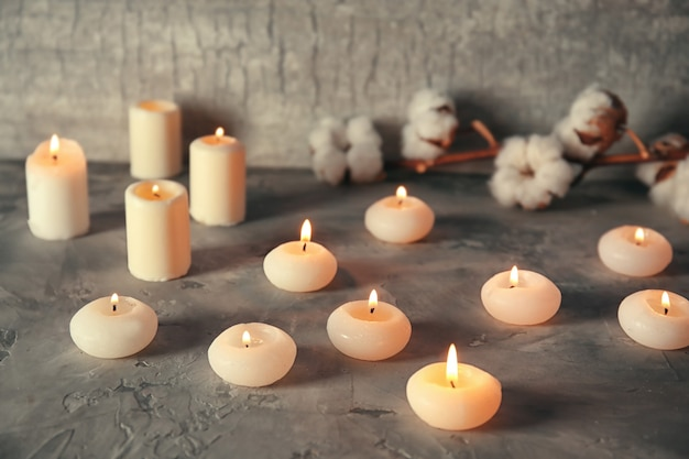 Muitas velas acesas na mesa