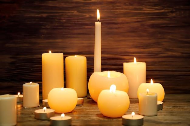 Muitas velas acesas na superfície de madeira