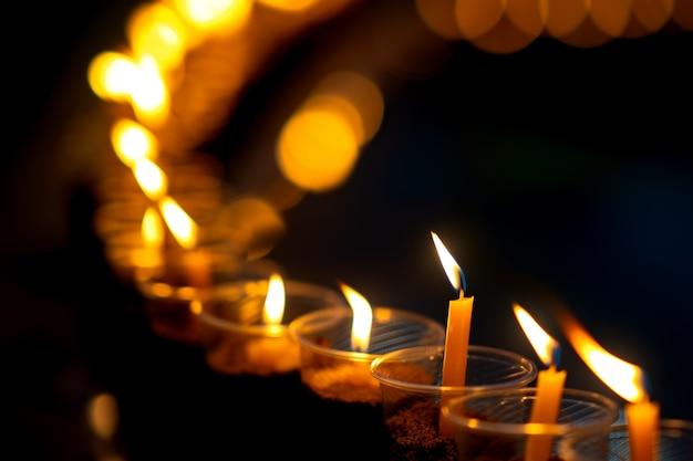 Muitas velas acesas para a meditação do espírito das pessoas