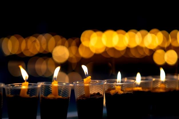 Muitas velas acesas para meditação espiritual
