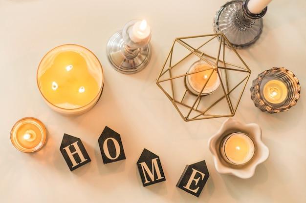 Muitas velas com castiçais no fundo da casa