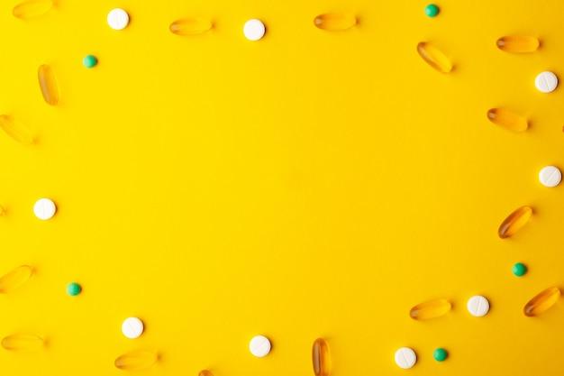 Muitas vitaminas dispersas de medicamentos farmacêuticos, pílulas, cápsulas moles de óleo de peixe, comprimidos