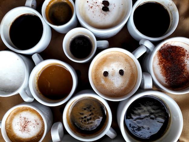 Muitas xícaras de diferentes tipos de cafés