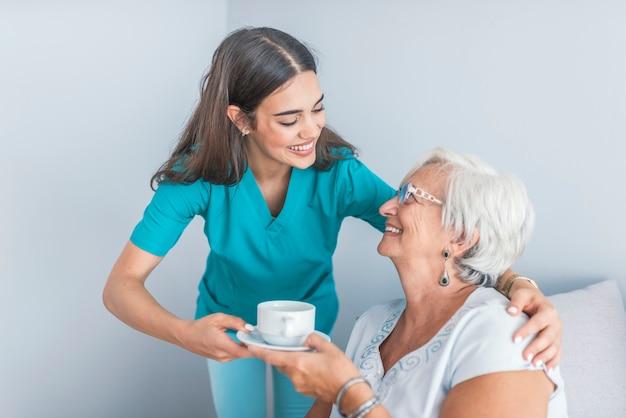 Muito atencioso cuidador falando com o paciente do sexo feminino
