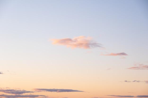 Muito belo nascer do sol rosa delicado laranja ou céu pôr do sol e belas nuvens brilhantes. céu lindo e perfeito para suas fotos. fundo celestial para sobrepor