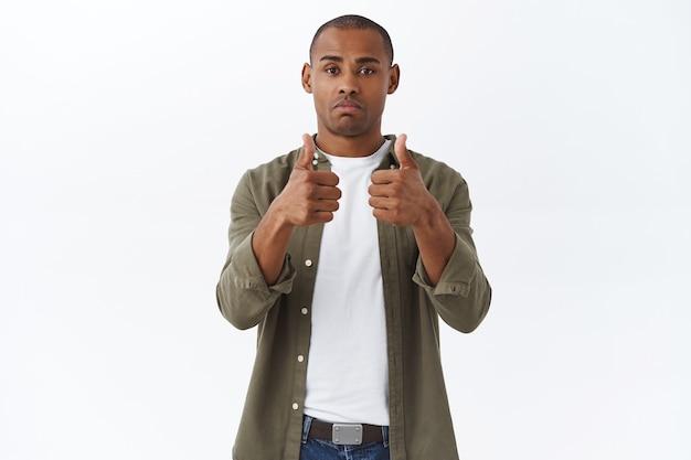 Muito bem, estou impressionado. retrato de jovem afro-americano cético satisfeito, mostrar recomendação, sinal de aprovação