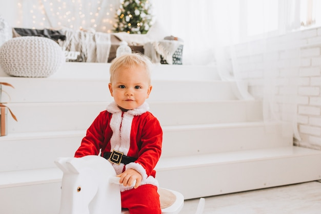 Muito bonito caucasiano criança menino vestindo fantasia de papai noel