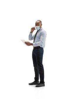 Muito chateado, estressado. consultor de jovem centro de atendimento afro-americano com fone de ouvido no estúdio branco.