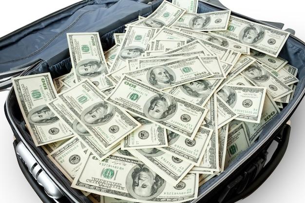 Muito dinheiro em uma mala isolada no fundo branco