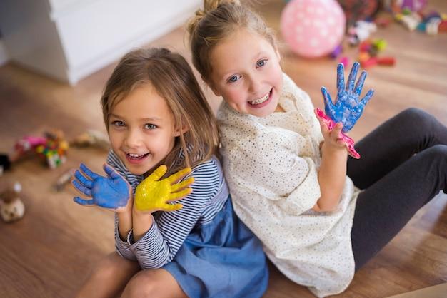 Muito divertido pintando as mãos