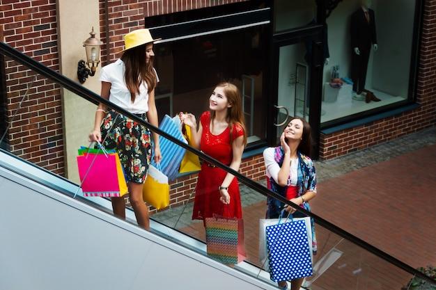 Muito feliz mulheres brilhantes feminino meninas amigos turistas em vestidos coloridos