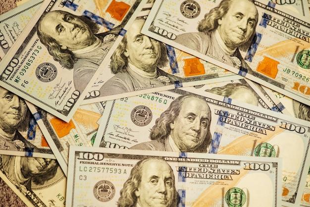 Muito fundo de close-up de notas de cem dólares. muitos dolares