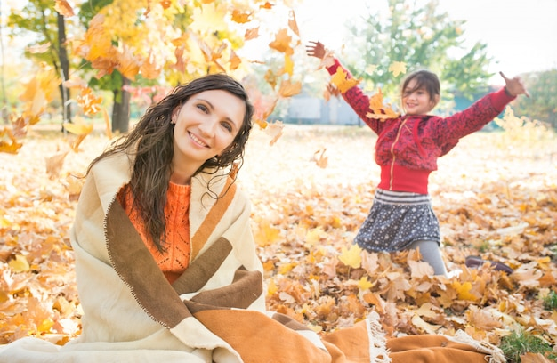 Muito jovem alegre mãe se transformou em uma manta