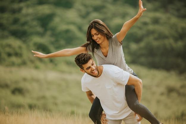Muito jovem casal apaixonado lá fora na natureza da primavera