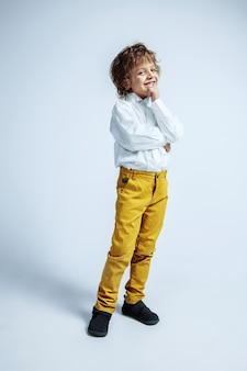 Muito jovem com roupas casuais em branco