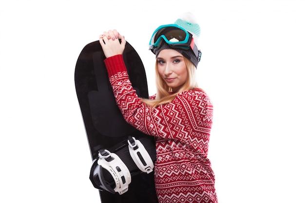 Muito jovem em casa pulôver com snowboard