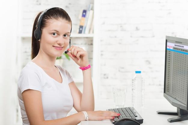 Muito jovem mulher sorridente com um fone de ouvido