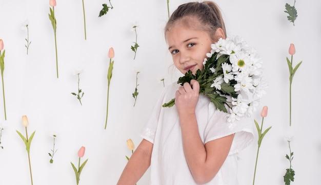 Muito jovem, segurando o buquê de flores