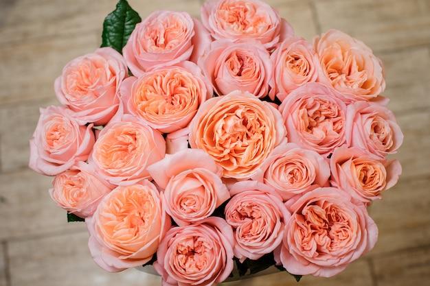 Muito lindo buquê de flores cor de rosa brilhantes