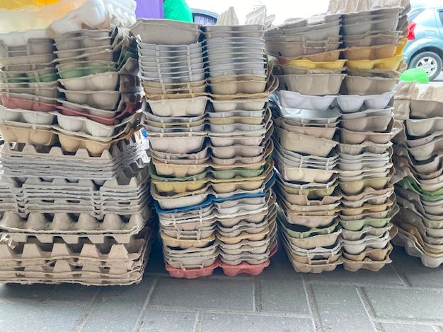 Muito lixo, papel e papelão coletados separadamente
