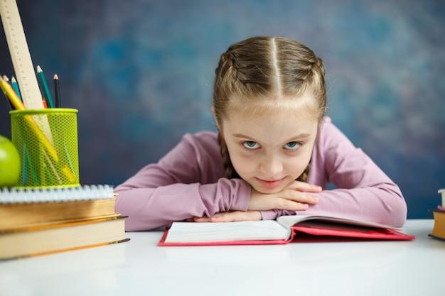 Muito menininha ler livro foto de close-up