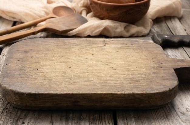 Muito okd placa de cozinha de corte retangular de madeira vazia na mesa, vista de cima