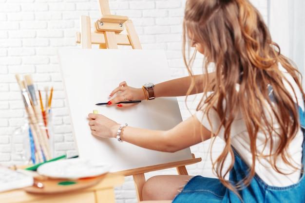 Muito talentoso pintor feminino pintura em cavalete