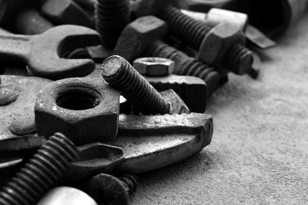 Muitos aço enferrujado no chão de cimento em preto e branco