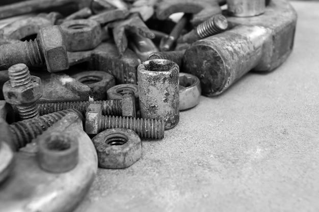 Muitos aço enferrujado no chão de cimento