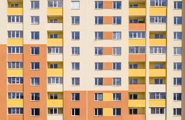 Muitos apartamentos no edifício.