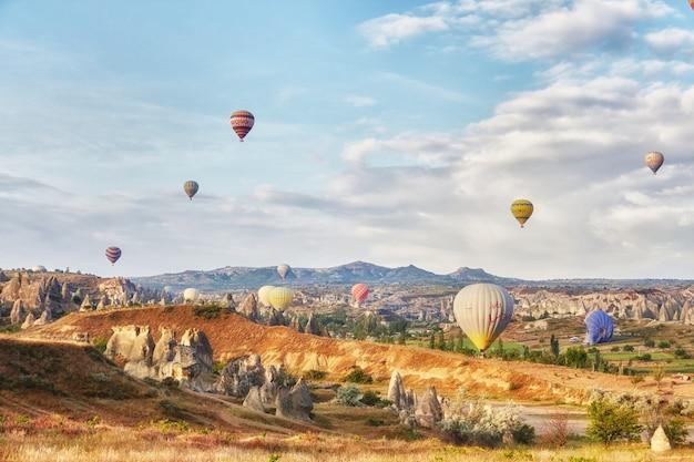 Muitos balões coloridos decolam para o céu