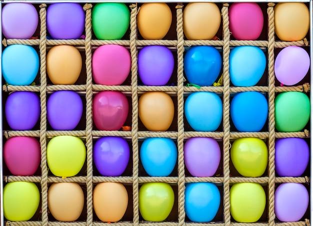 Muitos balões de ar coloridos em caixas separadas