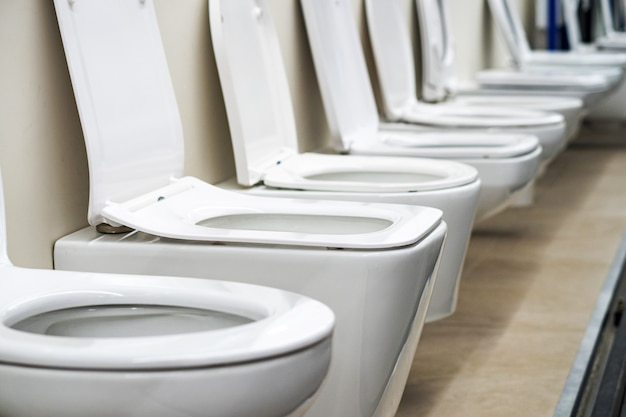 Muitos banheiros brancos em loja de ferragens, departamento de encanamento