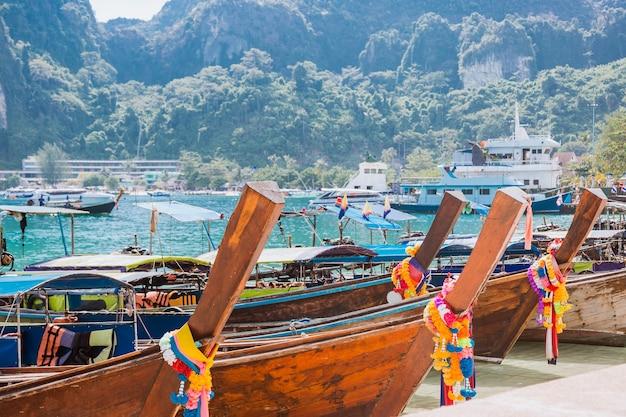 Muitos barcos de cauda longa em uma praia tropical atracados no porto da ilha asiática