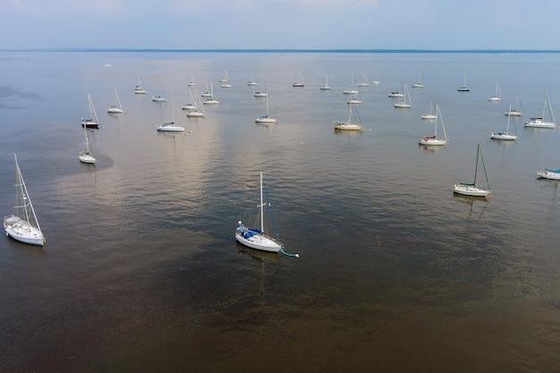 Muitos barcos em uma doca, um porto em um barco flutuando no oceano, uma bela natureza viajando